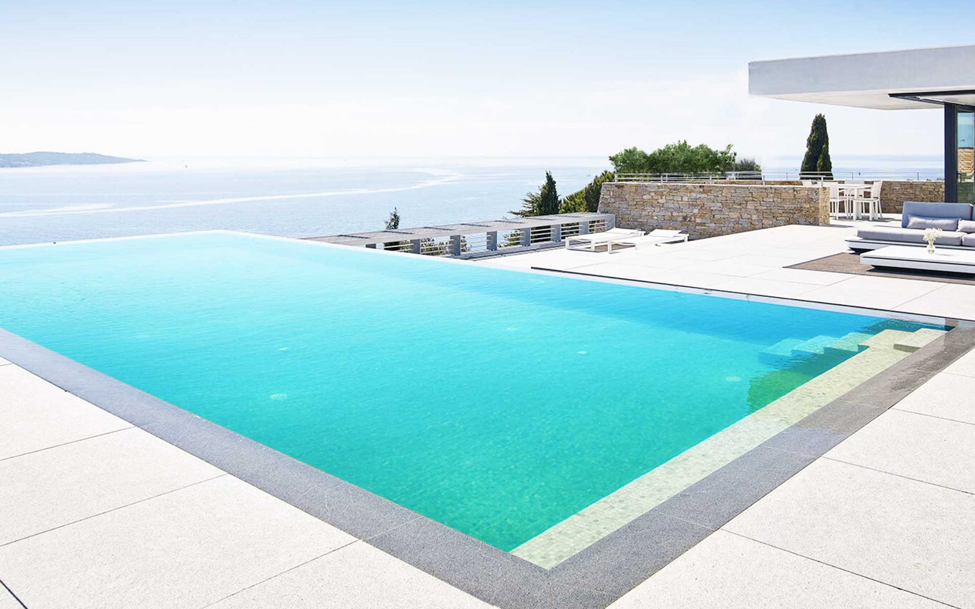 AZUR Toulon luxurious property infinity pool, on the cote d'Azur